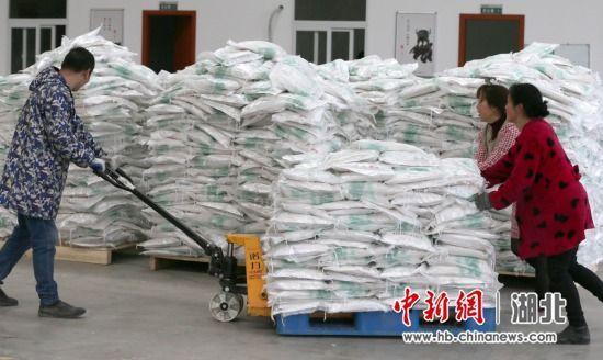廖仔杰团队的工作人员在搬运大米