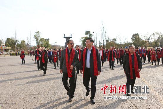 蔡开云(前排中)陪同马勇(前排左)参观龙泉铺古镇