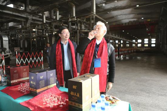 季克良(右)品鉴稻花香原浆酒