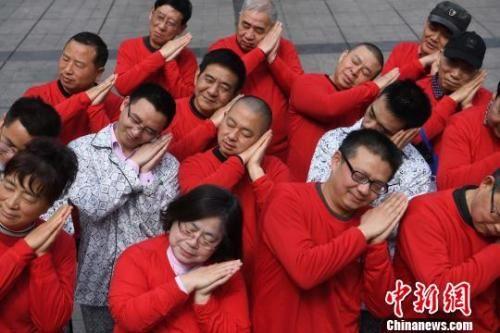 资料图:重庆鼾友会成员行为艺术呼吁大家注意睡眠习惯。 陈超 摄