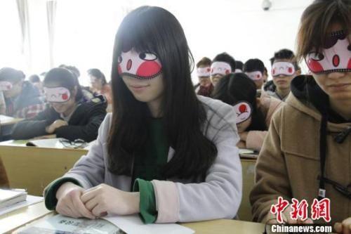 资料图:江西某高校学生上睡眠体验课。 邓缘 摄
