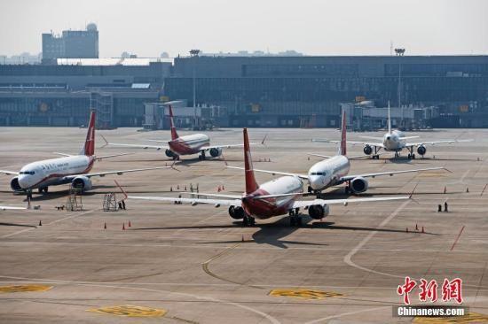 资料图:3月17日,上海航空公司的9架波音737MAX机型飞机停在虹桥国际机场停机坪上。据路透社报道,波音公司计划将在未来一周到10天内发布波音737MAX机型相关升级软件。目前,波音737MAX机型已经在全球停飞。中新社记者 殷立勤 摄