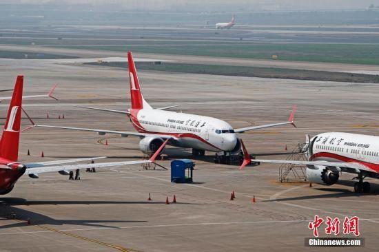 3月17日,上海航空公司的9架波音737MAX机型飞机停在虹桥国际机场停机坪上,工作人员正在对飞机进行检查。据路透社报道,波音公司计划将在未来一周到10天内发布波音737MAX机型相关升级软件。目前,波音737MAX机型已经在全球停飞。中新社记者 殷立勤 摄