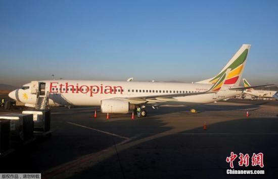资料图:3月10日,据外媒报道,埃塞俄比亚航空公司一架客机坠毁,飞机上载有149名乘客和8名机组人员。资料图为埃塞俄比亚航空公司一架波音飞机停靠在埃塞俄比亚首都亚的斯亚贝巴博莱机场(Addis Ababa Bole International Airport)。