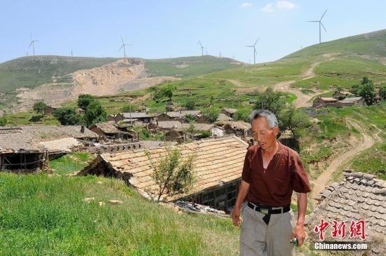 资料图:山西省忻州市神池县窝铺沟村,大部分民宅因为常年无人居住而荒废。图为一位留守在村中的老人。韦亮 摄