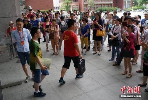 资料图:2015年6月13日,考生走出中国人民大学自主招生考试考场。 中新社发 侯宇 摄