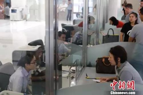 资料图:上海市公安局出入境管理局。 殷立勤 摄