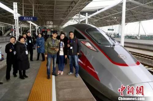 资料图:乘客在青岛北站拍照留念。 沙见龙 摄