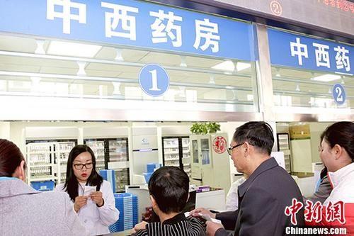 资料图:民众在西宁市第一人民医院排队取药。 中新社记者 张添福 摄