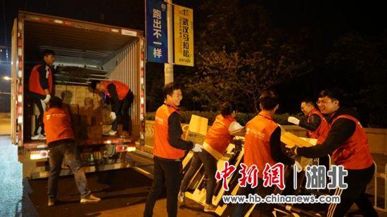 凌晨3点,京东物流汉马志愿者在现场卸下赛事物资