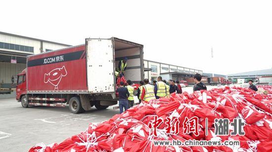 汉马开跑前一天,赛事物资在京东物流常福园区打包装车