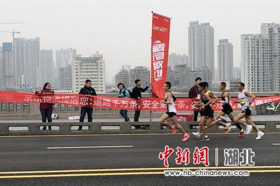京东联合汉马组委会在赛道多处设置闲置衣物回收点