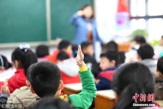 资料图:孩子们正在上课。 兴晗 摄 图片来源:视觉中国