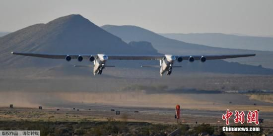"""4月13日,""""Roc""""――世界上最大的飞机――在经过多年的研发后,在美国加利福尼亚的莫哈韦沙漠进行了首次试飞,并在空中飞行了两个多小时。"""