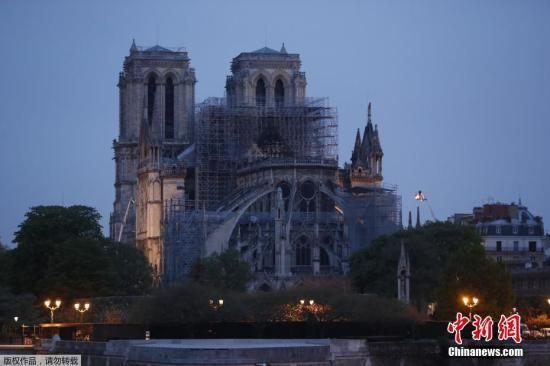 当地时间4月16日,经过消防队员连续几个小时的努力,大火已得到有效控制,但大教堂屋顶被烧毁。