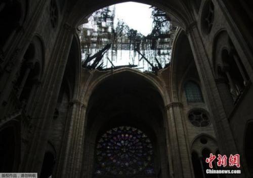 巴黎圣母院的大部分顶部被烧毁,屋顶出现一个大洞。火灾过后,大教堂内部四处散落着烧焦的碎片。