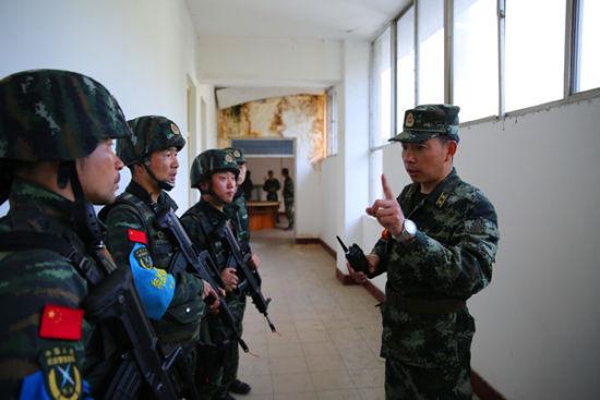 指挥员吴平对特战队员进行精心指导