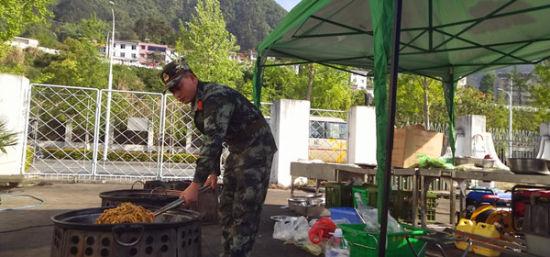 炊事员为战友们准备食物