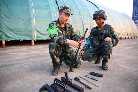 军械员张钊协助特战队员排除枪械故障