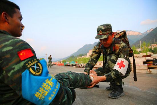 卫生员庞传福为特战队员包扎伤口