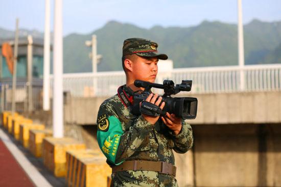 新闻报道员周敦杰在拍摄特战队员的训练场景