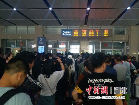图为宜昌东站候车室客流 何强 摄