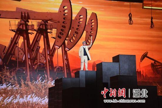 """在文艺节目《情景思政课》中,地大学生杜俊鸿扮演""""李四光"""" 童灵灵 摄"""