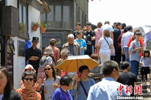 资料图:游客们在上海新场古镇游玩。 殷立勤 摄