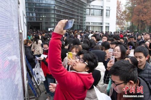 资料图 2019年国考,大量考生在考场外等候。中新社 苏阳 摄