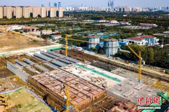 资料图:建设中的南京江心洲污水处理厂提标改造工程。中新社记者 泱波 摄