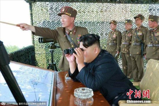资料图:2015年6月18日消息,据朝鲜《劳动新闻》报道,金正恩视察朝鲜炮兵射击比赛。 图片来源:CFP视觉中国