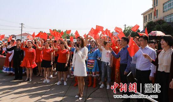 演员、群众、志愿者们齐声合唱《我和我的祖国》