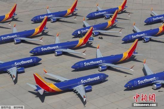 """资料图:当地时间3月27日,美国西南航空公司的波音737 MAX系列飞机停放在号称""""飞机坟场""""的维克多维尔机场。"""