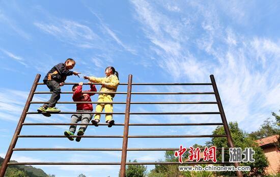 郭峪村小学的三个学生在嬉耍