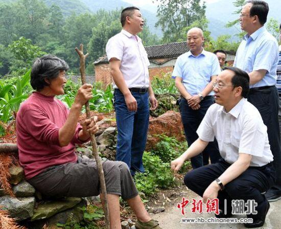 襄阳市委书记李乐成等领导看望王杰的奶奶张关英