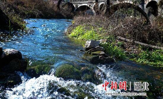 清澈的郭峪河水