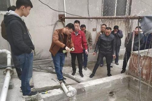 中央第三生态环境保护督察组在亳州市检查发现企业私设暗管排放生产废水。 图片来源:生态环境部官方微信公众号