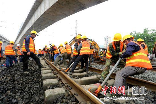 工人结束轨排调整 杨龙凤 摄