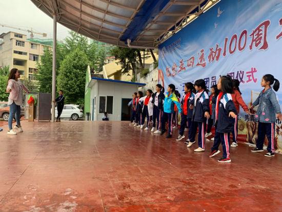 学生在上体育舞蹈课