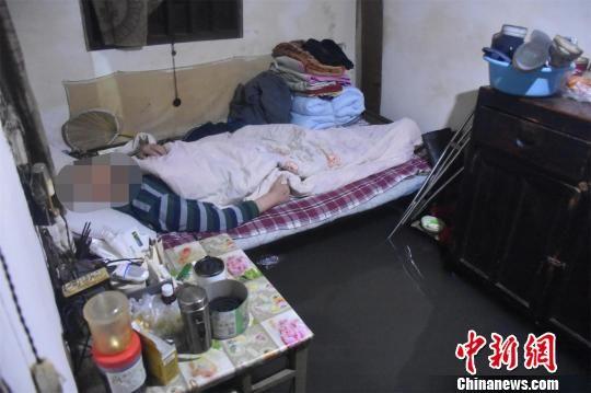 水位逼近老人所躺床的下沿 张登辉 摄