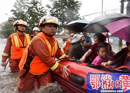 消防人员转移被困人员 黄登极 摄
