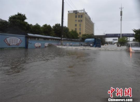 暴雨导致路段积水严重 黄登极 摄
