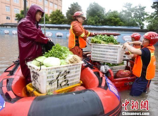 消防人员转移被困货物 黄登极 摄