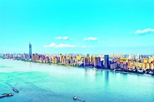 图为:昨日中午,武汉天空湛蓝,江边景色一览无余 楚天都市报记者宋枕涛摄
