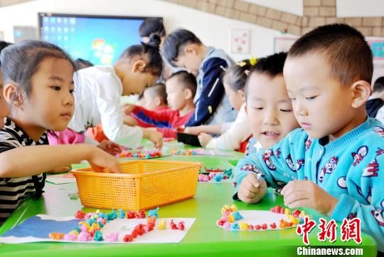 资料图:幼儿园小朋友在做手工。 张渊 摄