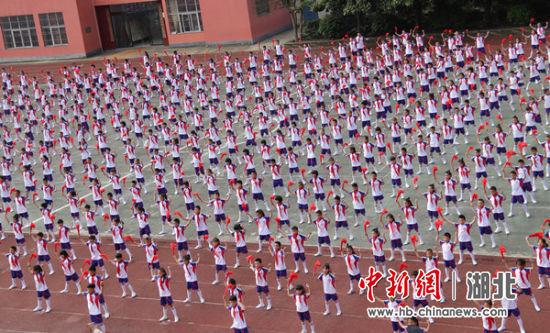 学生表演中国功夫扇