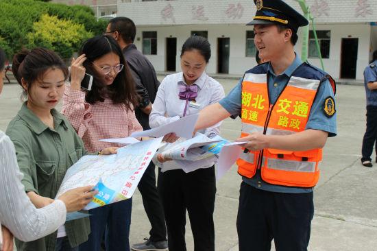 路政执法人员发送政宣传资料 朱庆杰 摄