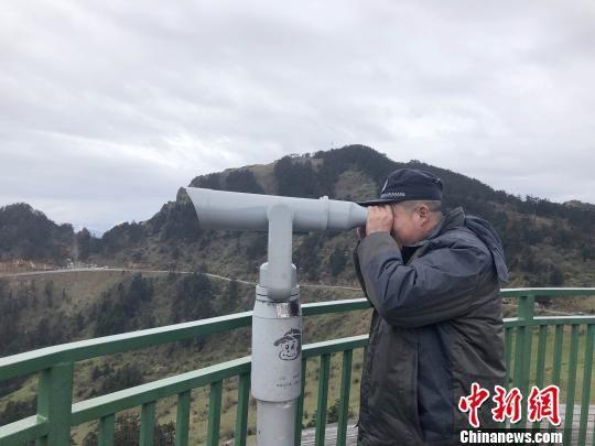 王大志在哨塔进行观测 郭晓莹 摄