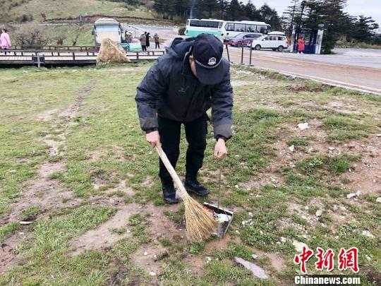 王大志在景区做保洁 郭晓莹 摄