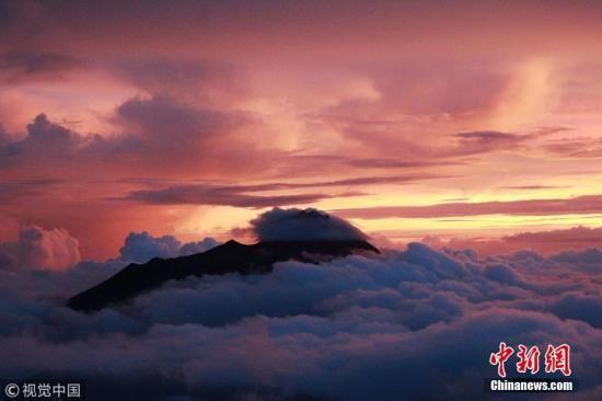 资料图片:印度尼西亚日惹,默拉皮火山在阳光的映衬下蔚为壮观。图片来源:视觉中国